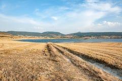 Landsväg in mot sjön i Navarra, Spanien Royaltyfri Bild