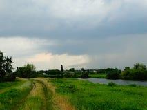Landsväg nära floden Royaltyfri Bild