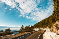 Landsväg på bergen under vinter Royaltyfri Foto