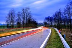 Landsväg på den blåa timmen, Brescia landskap, Italien Royaltyfria Foton