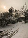 Landsväg på en vinterdag som täckas med snö Royaltyfri Fotografi