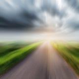 Landsväg på fält- och stormmoln eller rainclouds Arkivfoton