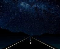 Landsväg på natten royaltyfri foto