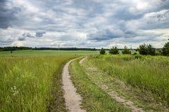 Landsväg till fältet fotografering för bildbyråer