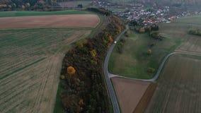 Landsväg till och med jordbruksområde - flyg- sikt stock video