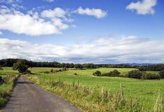 Landsväg till och med lantgårdland arkivfoton