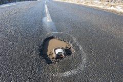 Landsväg till och med lantlig plats för vinter Arkivfoto