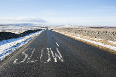 Landsväg till och med lantlig plats för vinter Royaltyfria Foton