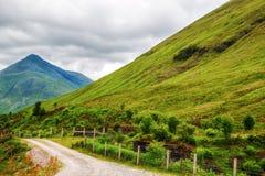 Landsväg till och med Skotska högländerna fotografering för bildbyråer