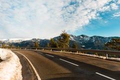 Landsväg under vinter på bergen Royaltyfri Foto