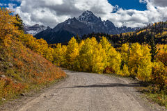Landsväg 12 ut ur Ridgway Colorado in mot San Juan Mountains med Autumn Color Fotografering för Bildbyråer