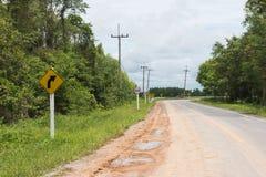 Landsvägen, akta sig av kurvan, saktar ner och att varna Arkivbilder
