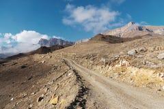 Landsvägen i bergen mot bakgrunden av epos vaggar royaltyfri foto