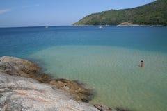 Landtong bij Nai Harn strand Stock Foto