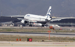 Landung Aegean Airliness Airbus A320 in Barcelona Lizenzfreie Stockfotos