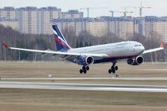 Landung Aeroflots Airbus A330-200 an internationalem Flughafen Sheremetyevo Lizenzfreies Stockfoto