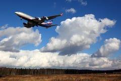 Landung Aeroflots IIlyushin IL-96-300 RA-96008 an internationalem Flughafen Sheremetyevo Stockfotografie