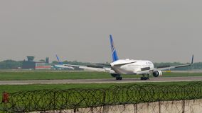 Landung Air Astanas Boeing 767 stock video