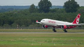 Landung Airberlin Airbus A330 stock footage
