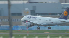 Landung Airbusses 320 stock video footage