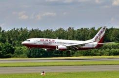 Landung Boeings 737 800 Air Berlin am Flughafen Paderborn, Deutschland Lizenzfreies Stockfoto