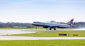 Landung British Airwayss Airbus A321-231 an Manchester-Flughafen Großbritannien Lizenzfreies Stockfoto
