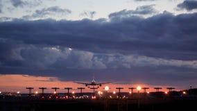 Landung an der Dämmerung stock video footage