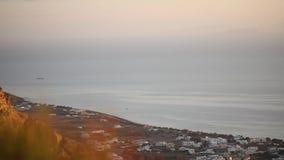 Landung der Fläche über dem Felsen gegen einen Seehintergrund hinaus stock footage
