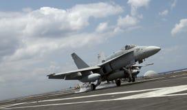 Landung der Hornisse F-18 lizenzfreie stockbilder