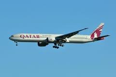 Landung der Qatar-Fluglinien-B777 Lizenzfreie Stockfotos