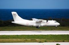 Landung des weißen Flugzeuges stockbilder