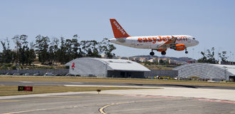 Landung EasyJets Airbus 320 stockbild