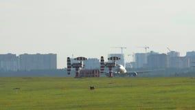 Landung eines Flugzeuges am Flughafen stock footage