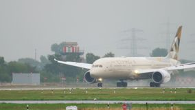 Landung Etihad Boeing 787 Dreamliner stock video