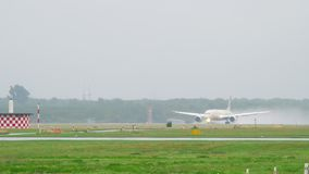 Landung Etihad Boeing 787 Dreamliner stock footage
