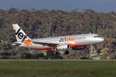 Landung Jetstar Airwayss Airbus A320-232 VH-VGO an internationalem Flughafen Melbournes Stockbilder