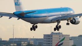 Landung KLM-Airbus A330 stock footage