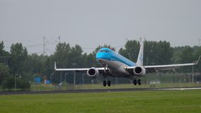 Landung KLM Cityhoppers Embraer 175 stock video footage