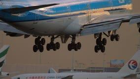 Landung KLMs Boeing 747 stock video