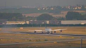 Landung Lufthansas Airbus 340 stock video footage