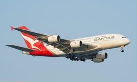 Landung Qantas Airwayss Airbus A380 lizenzfreie stockbilder