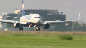 Landung Ryanairs 737 in Otopeni Bukarest stock video footage