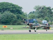 Landung Straßenverkäufer-Hurricane GZL P2921 an Dunsfold-Flugplatz stockbild