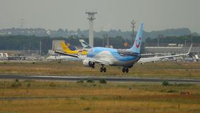 Landung TUIflys Boeing 737 stock video