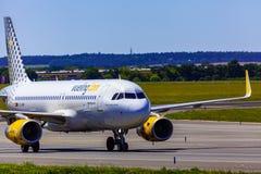 Landung und Ankünfte auf Vaclav Havel-Flughafen, Prag, Vueling Ai stockfotos