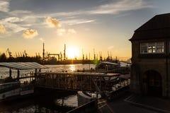 Landungsbrà ¼ cken bij de Haven van Hamburg bij Zonsondergang stock fotografie