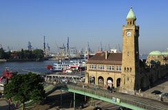 Landungsbrucken med harbuor och skeppsdockor på Elbe River, Hamburg, G Royaltyfria Foton