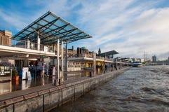 Landungsbrucken-Pier in Hamburg Deutschland stockbild