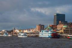 Landungsbrucken pir i den Hamburg Tyskland royaltyfri foto