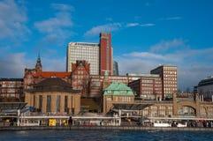 Landungsbrucken pir i den Hamburg Tyskland fotografering för bildbyråer